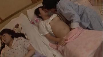 หนังโป๊ญี่ปุ่น เมียผมใจดีพาเพื่อนสาวมานอนที่บ้านตกตอนดึกเลยแอบเล่นเสียวโดยที่เมียนอนข้างข้าง